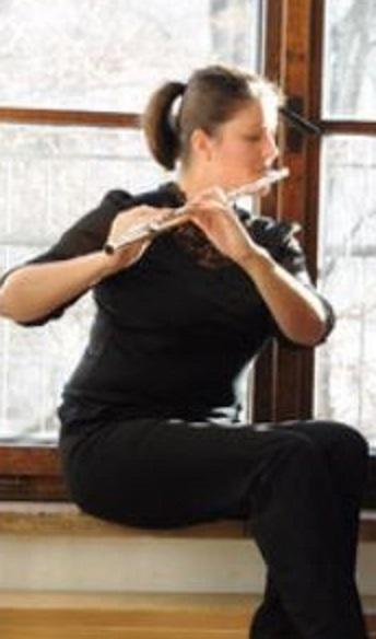 Photo de Fanny Mayne en jouant la flûte traversière