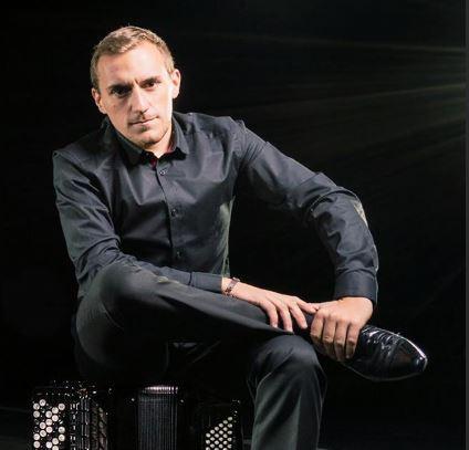 Photo de Felicien Brut assis sur son accordeon
