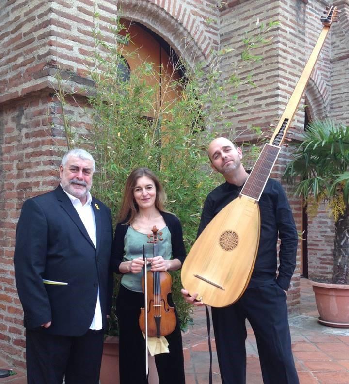 Photo des trois joueurs avec deux d'entre eux tenant leurs instruments