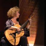 Valérie Duchateau avec sa guitare