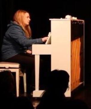 Photo de Jeanne Valee au Piano